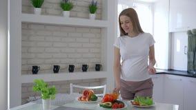 Υγιής εγκυμοσύνη, φροντίζοντας μελλοντική μητέρα που πίνει το φρέσκο χυμό βιταμινών και που κτυπά την κοιλιά κατά τη διάρκεια του απόθεμα βίντεο