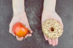 Υγιής εναντίον ανθυγειινή έννοια κατανάλωσης Στοκ Φωτογραφία