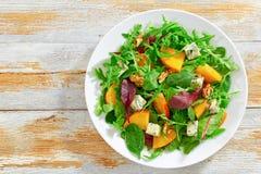 Υγιής εύγευστη σαλάτα με persimmon τις φέτες, τοπ άποψη Στοκ εικόνα με δικαίωμα ελεύθερης χρήσης