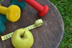 Υγιής ζωή με το μήλο και το βάρος Στοκ Φωτογραφία