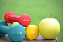 Υγιής ζωή με το μήλο και το βάρος Στοκ Φωτογραφίες