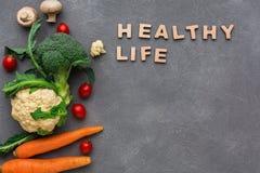 υγιής ζωή Φρέσκα λαχανικά στο γκρίζο υπόβαθρο, διάστημα αντιγράφων Στοκ φωτογραφίες με δικαίωμα ελεύθερης χρήσης