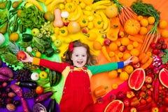 Υγιής διατροφή φρούτων και λαχανικών για τα παιδιά στοκ φωτογραφίες