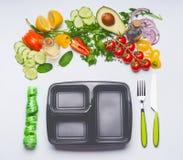 Υγιής καθαρή έννοια τροφίμων κατανάλωσης ή διατροφής Διάφορα λαχανικά σαλάτας με το καλαθάκι με φαγητό, τα μαχαιροπήρουνα και την Στοκ φωτογραφίες με δικαίωμα ελεύθερης χρήσης