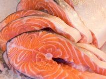 Υγιής και φρέσκος atlanic σολομός που τεμαχίζεται στις μπριζόλες Στοκ εικόνες με δικαίωμα ελεύθερης χρήσης