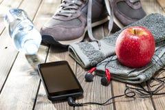 Υγιής κατανάλωση και εξοπλισμός για τον ελεύθερο χρόνο και τον υπαίθριο αθλητισμό, στο αγροτικό ξύλινο υπόβαθρο Στοκ Εικόνες
