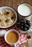 Υγιής κατανάλωση, τρόφιμα και έννοια διατροφής - νόστιμο oatmeal με τα μούρα και μια κούπα του γάλακτος και ενός φλιτζανιού του κ Στοκ Φωτογραφίες