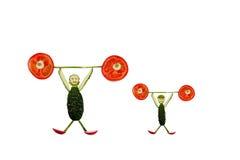 Υγιής κατανάλωση. Αστεία μικρά άτομα των φετών αγγουριών Στοκ φωτογραφία με δικαίωμα ελεύθερης χρήσης
