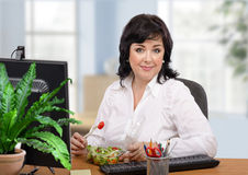 Υγιής κατανάλωση για τη επιχειρηματία στοκ φωτογραφίες με δικαίωμα ελεύθερης χρήσης