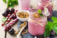 Υγιής καταφερτζής κερασιών με το granola και τα μούρα Στοκ Εικόνες