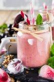 Υγιής καταφερτζής κερασιών με το granola και τα μούρα Στοκ φωτογραφίες με δικαίωμα ελεύθερης χρήσης