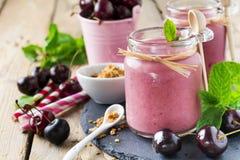 Υγιής καταφερτζής κερασιών με το granola και τα μούρα Στοκ εικόνες με δικαίωμα ελεύθερης χρήσης