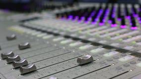 Υγιής μηχανικός, ήχος στούντιο, μηχανικός ελέγχου παραγωγών, ακουστική κονσόλα μίξης απόθεμα βίντεο