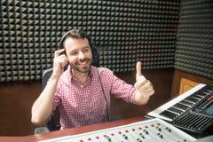 Υγιής μηχανικός ευχαριστημένος από την ακουστική παραγωγή στοκ φωτογραφίες