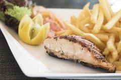 υγιής μπριζόλα σολομών τροφίμων τσιπ Στοκ φωτογραφία με δικαίωμα ελεύθερης χρήσης