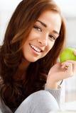 Υγιής νέα γυναίκα που κρατά το πράσινο μήλο Στοκ εικόνες με δικαίωμα ελεύθερης χρήσης