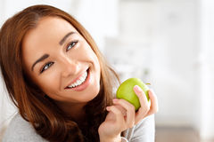 Υγιής νέα γυναίκα που κρατά το πράσινο μήλο Στοκ εικόνα με δικαίωμα ελεύθερης χρήσης