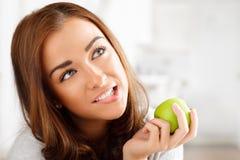 Υγιής νέα γυναίκα που κρατά το πράσινο μήλο Στοκ φωτογραφία με δικαίωμα ελεύθερης χρήσης