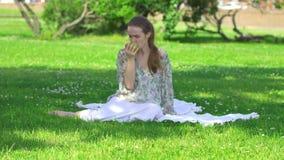 Υγιής νέα γυναίκα που τρώει το πράσινο μήλο και το χαμόγελο απόθεμα βίντεο