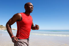 Υγιής νέος αφρικανικός τύπος που τρέχει κατά μήκος της ακτής Στοκ φωτογραφία με δικαίωμα ελεύθερης χρήσης