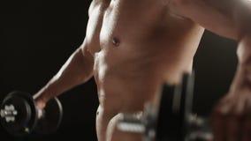Υγιής νεαρός άνδρας κατά τη διάρκεια του ώμου μάζα-οικοδόμησης workout με το κεφάλι του μη ορατό απόθεμα βίντεο