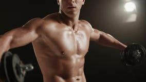 Υγιής νεαρός άνδρας κατά τη διάρκεια του ώμου μάζα-οικοδόμησης workout απόθεμα βίντεο