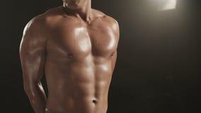 Υγιής νεαρός άνδρας που αναπνέει και που παρουσιάζει θωρακικούς μυς του φιλμ μικρού μήκους