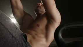 Υγιής νεαρός άνδρας που κάνει το κάθομαι-UPS απόθεμα βίντεο