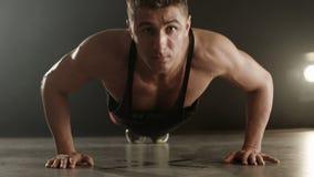 Υγιής νεαρός άνδρας που κάνει το ώθηση-UPS απόθεμα βίντεο