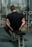 Υγιής νεαρός άνδρας που στηρίζεται στη λέσχη υγείας Στοκ Φωτογραφία