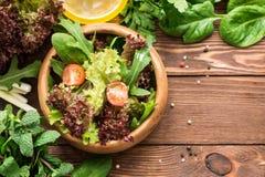 Υγιής νόστιμη σαλάτα με τα φρέσκα πράσινα και τις ντομάτες κερασιών Στοκ φωτογραφία με δικαίωμα ελεύθερης χρήσης