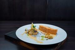 Υγιής νόστιμη ψημένη λωρίδα σολομών με τους σπόρους κολοκύθας με το ψημένες κουνουπίδι και τη σάλτσα σε ένα άσπρο πιάτο σε ένα εσ στοκ φωτογραφία με δικαίωμα ελεύθερης χρήσης