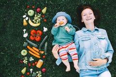 Υγιής οικογενειακή διατροφή Μητέρα και μωρό με τα φρούτα και το vegeta στοκ φωτογραφία
