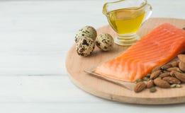υγιής οργανικός τροφίμων Προϊόντα με τα υγιή λίπη Omega 3 Omega 6 Συστατικά και προϊόντα: καρύδια αβοκάντο ελαιολάδου σολομών πεσ στοκ εικόνες