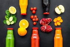 Υγιής οργανικός χυμός στα μπουκάλια για τη διατροφή ικανότητας και detox στο μαύρο πρότυπο άποψης υποβάθρου τοπ στοκ φωτογραφία