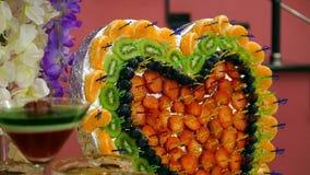 Υγιής πίνακας μπουφέδων διατροφής πολύχρωμος με φρούτων τη γλυκιά μορφή καρδιών σχεδίου τροφίμων διακοσμήσεων πιάτων όμορφη φίνες φιλμ μικρού μήκους