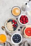 Υγιής πίνακας προγευμάτων με oatmeal το κουάκερ, φρέσκα μούρα στοκ εικόνα