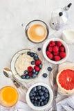 Υγιής πίνακας προγευμάτων με oatmeal το κουάκερ, φρέσκα μούρα στοκ φωτογραφίες με δικαίωμα ελεύθερης χρήσης