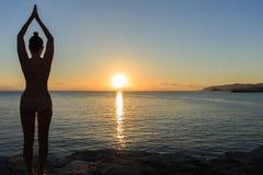 Υγιής περισυλλογή γυναικών γιόγκας στην παραλία ανατολής στοκ φωτογραφίες με δικαίωμα ελεύθερης χρήσης