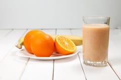 Υγιής πιείτε τους καταφερτζήδες πορτοκαλιών και μπανανών στον ξύλινο πίνακα Στοκ εικόνες με δικαίωμα ελεύθερης χρήσης