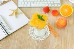 Υγιής πιείτε το καταφερτζή φρούτων του ροδάκινου, βερίκοκο, πορτοκάλι στον εργασιακό χώρο Στοκ Εικόνα