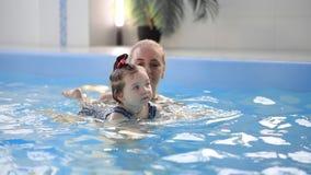 Υγιής πισίνα μωρών διδασκαλίας οικογενειακών μητέρων φιλμ μικρού μήκους