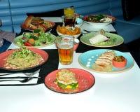Υγιής ποικιλία τροφίμων των υγιών πιάτων που συστήνονται για τους αθλητές, που εξυπηρετούνται με την κομψότητα που σας κάνουν να  Στοκ εικόνα με δικαίωμα ελεύθερης χρήσης