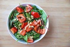 Υγιής πράσινη σαλάτα καρυδιών πεύκων πάπρικας φύλλων Στοκ Εικόνα