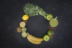 Υγιής πράσινος καταφερτζής διαβίωσης με τα φρούτα και λαχανικά Στοκ Εικόνες