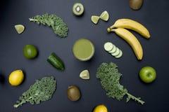 Υγιής πράσινος καταφερτζής διαβίωσης με τα φρούτα και λαχανικά Στοκ φωτογραφία με δικαίωμα ελεύθερης χρήσης