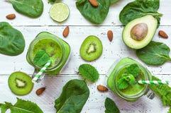 Υγιής πράσινος καταφερτζής με την μπανάνα, σπανάκι, αβοκάντο, ακτινίδιο, ασβέστης Στοκ εικόνες με δικαίωμα ελεύθερης χρήσης