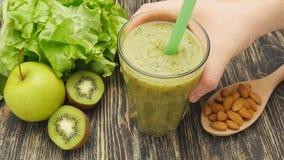 Υγιής πράσινος καταφερτζής με το ακτινίδιο, μήλο και φιλμ μικρού μήκους