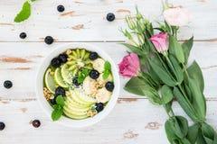 Υγιής πράσινος καταφερτζής στο τόξο Στοκ Εικόνες