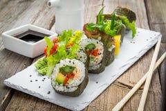 Υγιής ρόλος σουσιών κατσαρού λάχανου και αβοκάντο με chopsticks Στοκ εικόνα με δικαίωμα ελεύθερης χρήσης